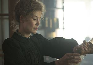 Rosamund Pike'ın ünlü bilim insanı Marie Curie'ye hayat verdiği Radioactive filminden fragman yayınlandı