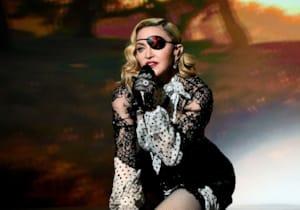 Madonna, kendi hayatını konu edinen biyografi filmin yönetmen koltuğunda oturacak