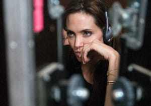 Angelina Jolie, Tom Hardy'nin yapımcılığını üstlendiği Unreasonable Behaviour filmini yönetecek