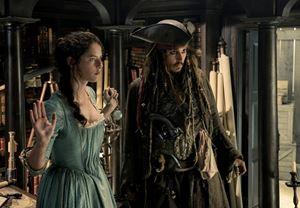Box Office ABD: Karayip Korsanları: Salazar'ın İntikamı, ilk hafta sonunda gişenin zirvesine yerleşti